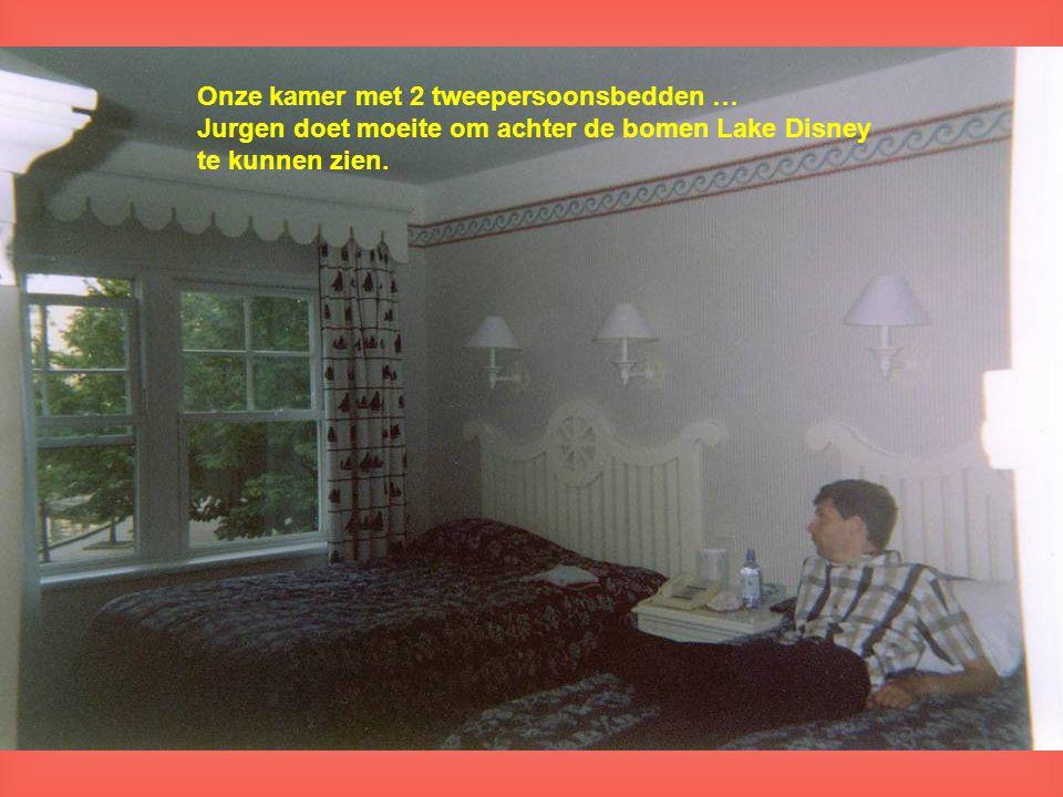Onze kamer met 2 tweepersoonsbedden … Jurgen doet moeite om achter de bomen Lake Disney te kunnen zien.