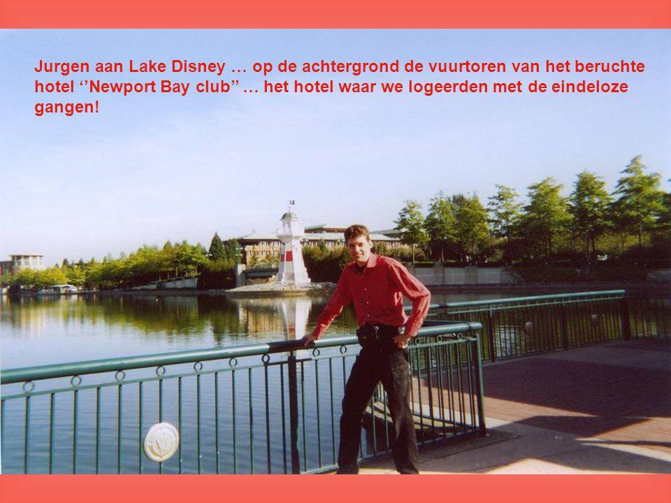 Jurgen aan Lake Disney … op de achtergrond de vuurtoren van het beruchte hotel ''Newport Bay club'' … het hotel waar we logeerden met de eindeloze gangen!