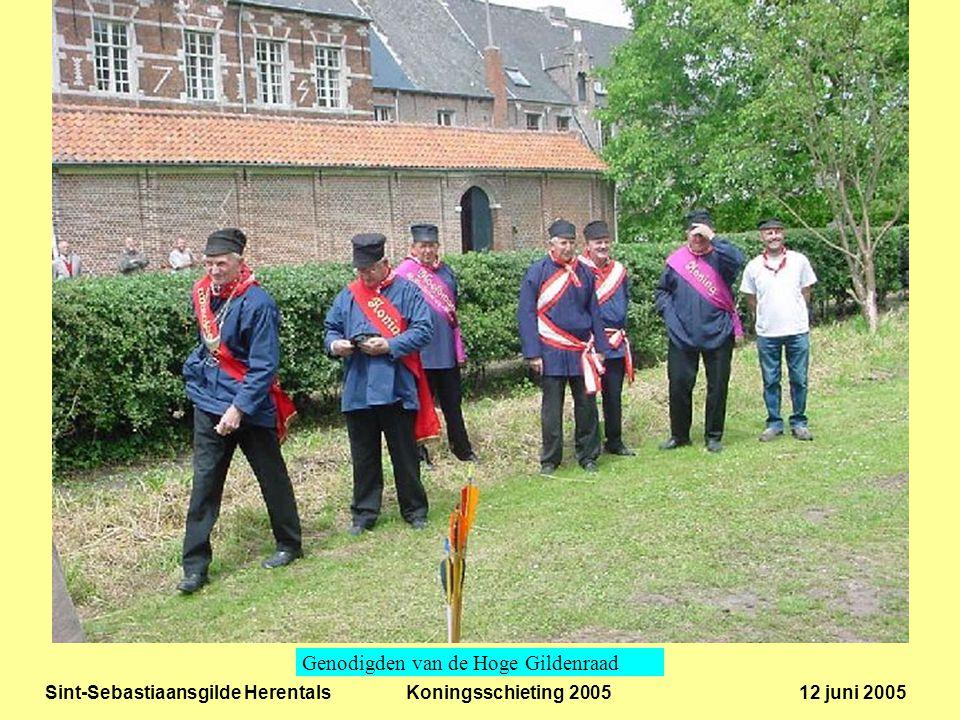 Sint-Sebastiaansgilde Herentals Koningsschieting 2005 12 juni 2005 De burgemeester van Herentals, Jan Peeters, lost een ereschot