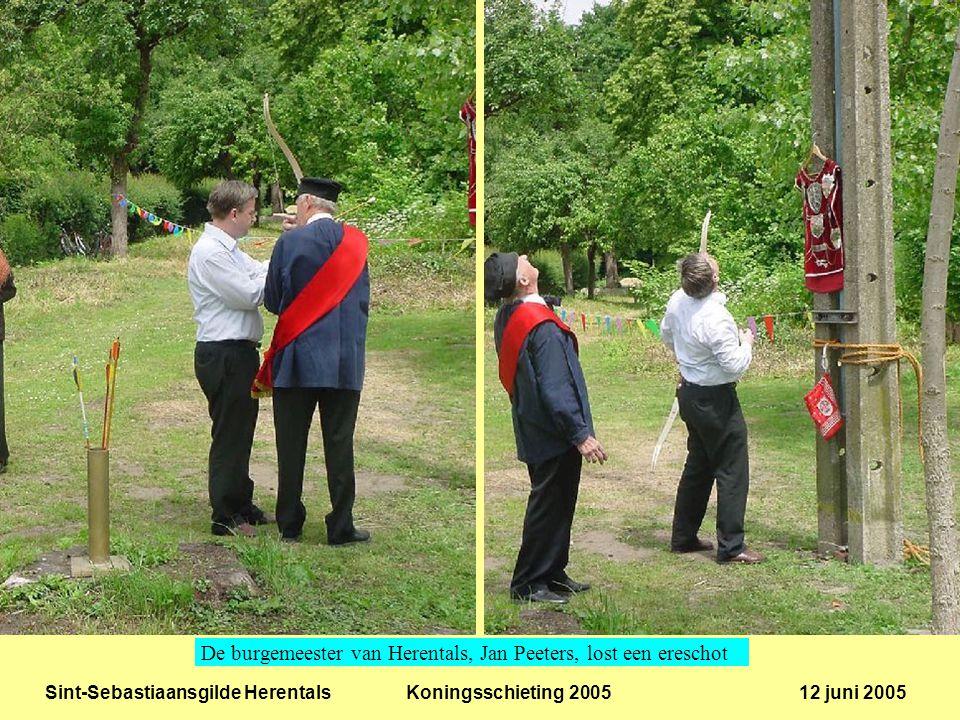 Sint-Sebastiaansgilde Herentals Koningsschieting 2005 12 juni 2005 De schepenen Kris Peeters en Guy Paulis testen de wip.