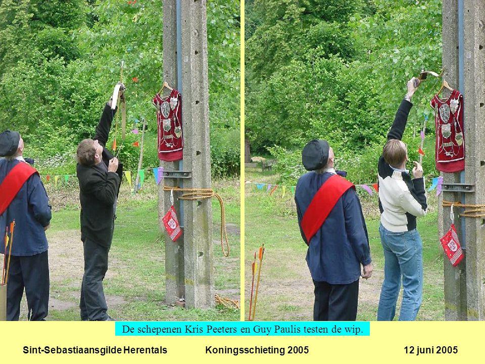 Sint-Sebastiaansgilde Herentals Koningsschieting 2005 12 juni 2005 Erelid Fons Michiels en OCMW voorzitter Muriel Poortmans aan de slag