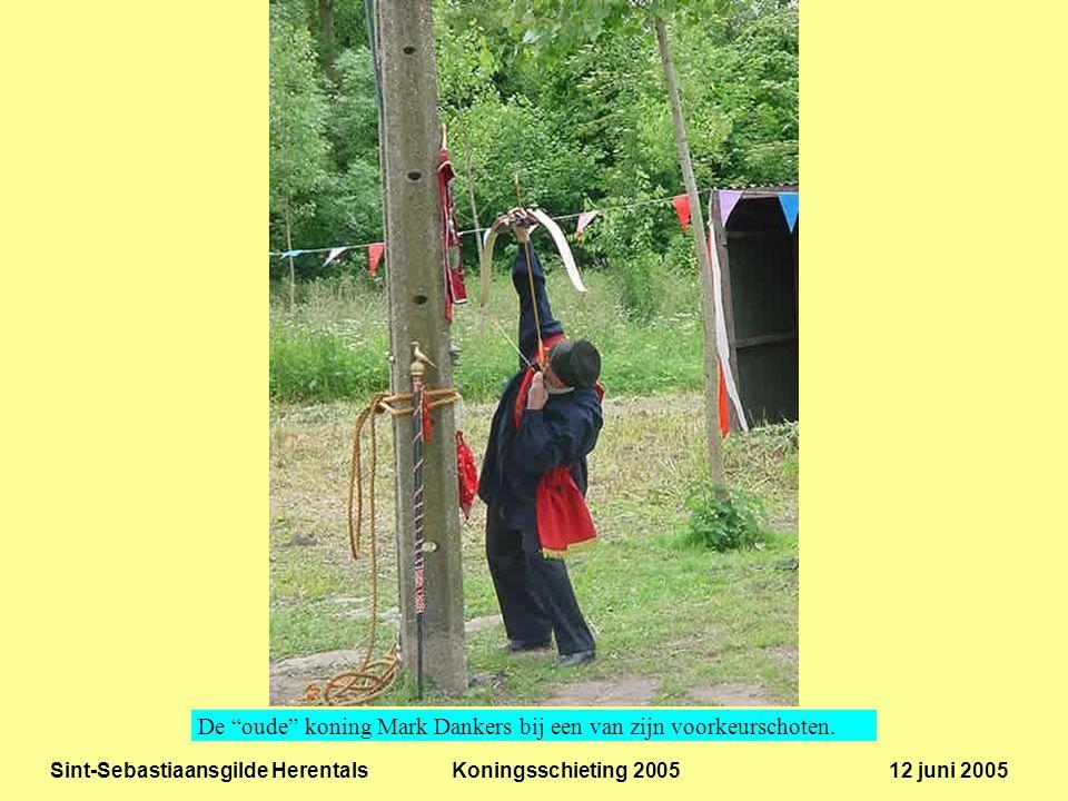 Sint-Sebastiaansgilde Herentals Koningsschieting 2005 12 juni 2005 De schutters wachten gespannen hun beurt af.