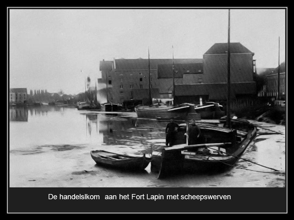 De Ezelpoort in 1896. met het zeldzaam zicht op de oude vesting die doorliep tot de Warandebrug, nu Kon. Elisabethlaan
