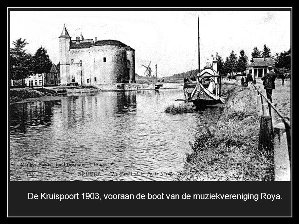 De Dampoort in 1900 met rechts de graanstokerij Verstraete