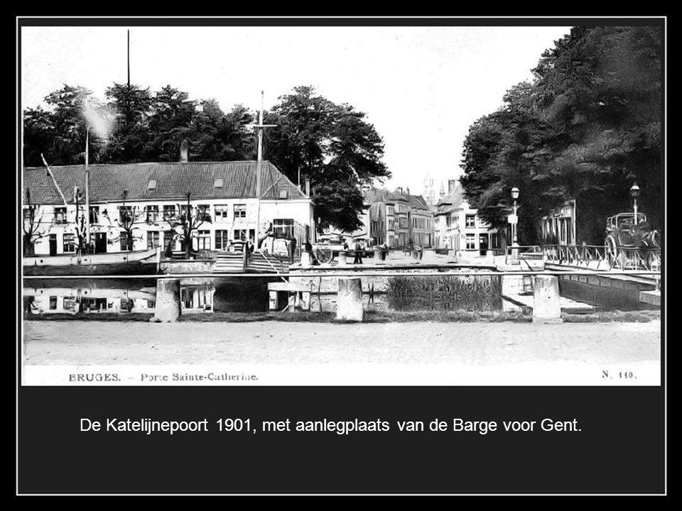 De Gentpoort 1902, naast de poort de mouterij van D'Hoedt.