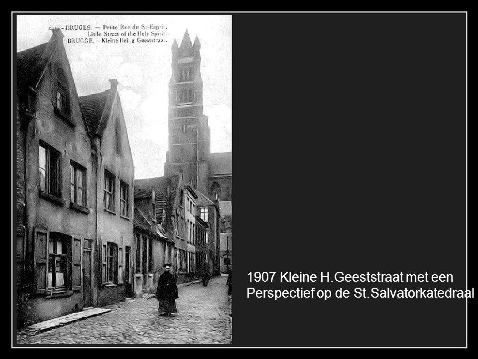 De Reie ter hoogte van het Gruuthusenmuzeum 1905 Het Bonifaciusbrugje is rond 1908 aangebracht, tevens met verwijdering van de muur rechts.