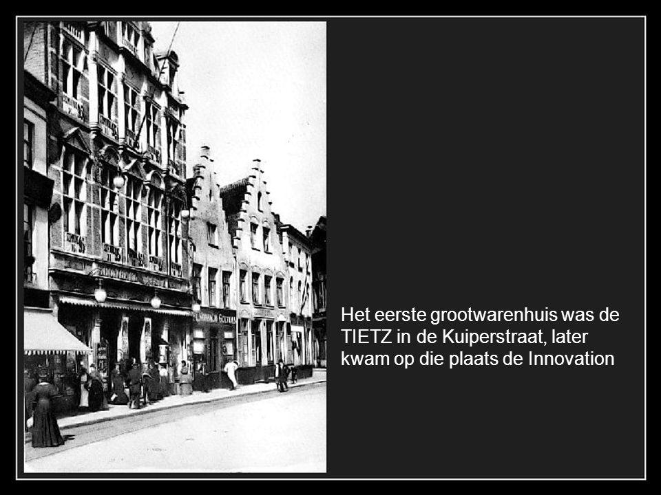 Het teaterplein in 1902 met privé koets van een begoede burger.