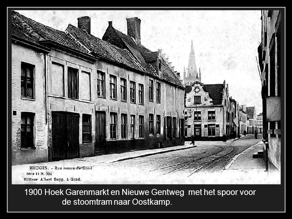 De Eiermarkt met de pomp geplaatst in 1760 door P. Pepers en rechts de bekende zaak Pickery voor de « nœuds de Bruges »