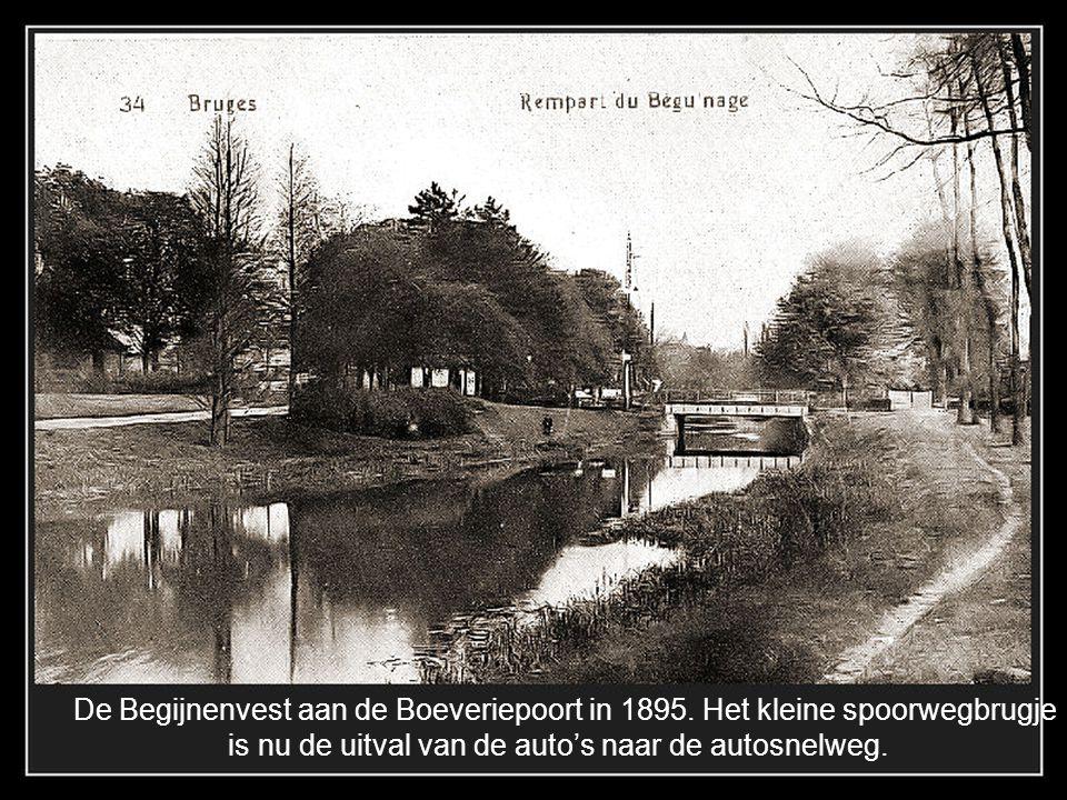 Burgplein 1900 gebouw voor de Gouvernementsdienst gesloopt in latere jaren.
