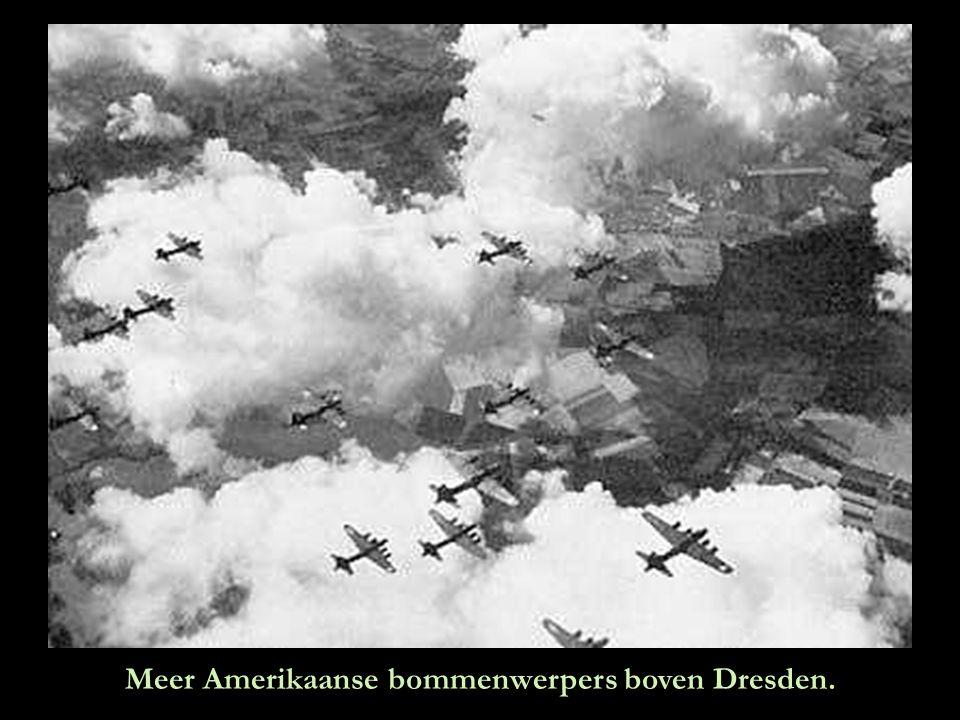 Laat het regenen…laat het regenen…Amerikaanse B17 bommenwerpers lossen hun vracht.