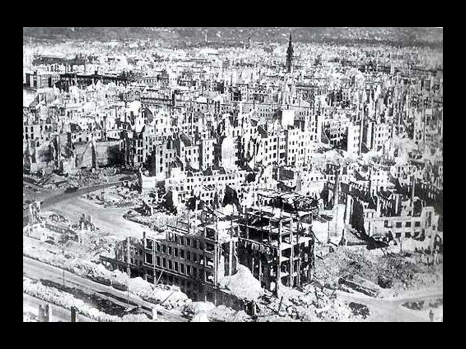 """""""Hij die vergeten is hoe te wenen, zal het terug leren bij het zien van de gevallen stad Dresden."""" Gerhart Hauptmann in 1945. Dichter en Nobelprijswin"""