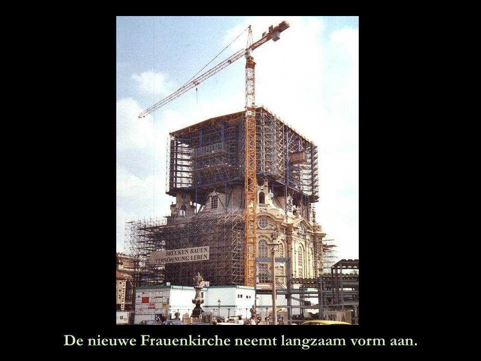 """Dit is de skyline van Dresden zonder de """"Frauenkirche"""". U ziet haar silhouet op de plek waar ze stond. De inspanningen van een groep burgers om dit mo"""