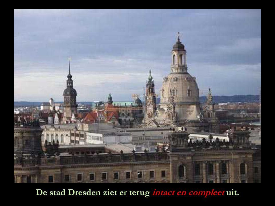 Het lijkt een mirakel. Dresden heeft haar ziel terug: de mooie, gloednieuwe Frauenkirche. De donkere vlekken, duidelijk zichtbaar, zijn de oude stenen