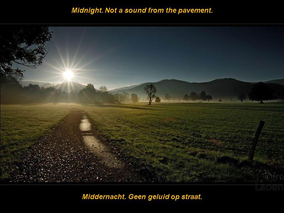 Midnight. Not a sound from the pavement. Middernacht. Geen geluid op straat.