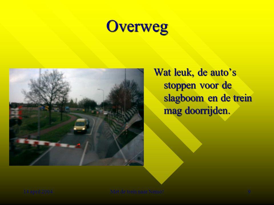 14 april 2004Met de trein naar Nemo!9 Overweg Wat leuk, de auto's stoppen voor de slagboom en de trein mag doorrijden.