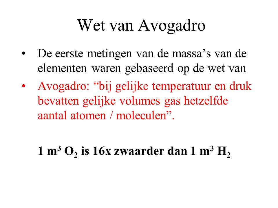 Wet van Avogadro De eerste metingen van de massa's van de elementen waren gebaseerd op de wet van Avogadro: bij gelijke temperatuur en druk bevatten gelijke volumes gas hetzelfde aantal atomen / moleculen .