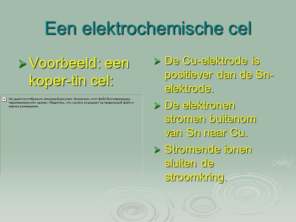 Een elektrochemische cel  Voorbeeld: een koper-tin cel:  De Cu-elektrode is positiever dan de Sn- elektrode.  De elektronen stromen buitenom van Sn