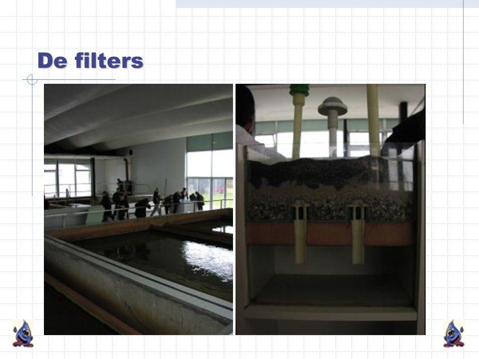De filters Het water loopt van boven naar beneden door de filters. De filters zijn gevuld met een dikke laag kwartszand (1 m). De laatste onzuiverhede