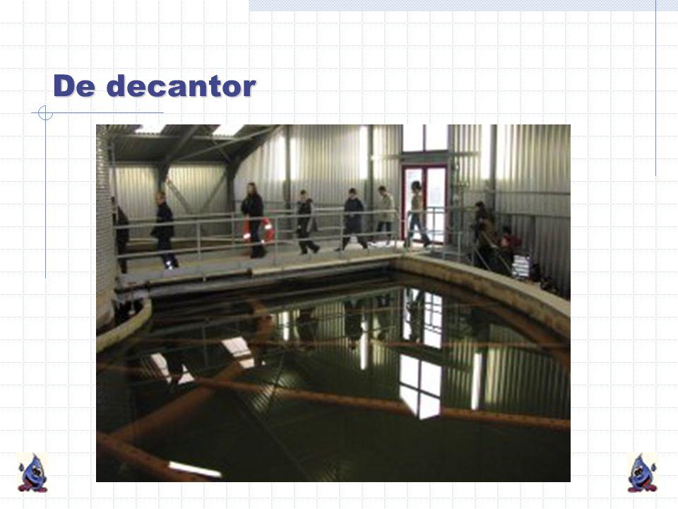 De decantor Hier wordt kalk aan het water toegevoegd, waardoor het ijzer uit het water wordt verwijderd. De ijzervlokken zinken naar de bodem en worde