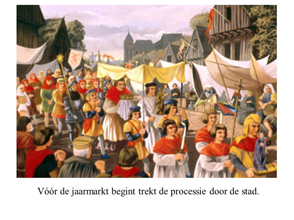 Vóór de jaarmarkt begint trekt de processie door de stad.