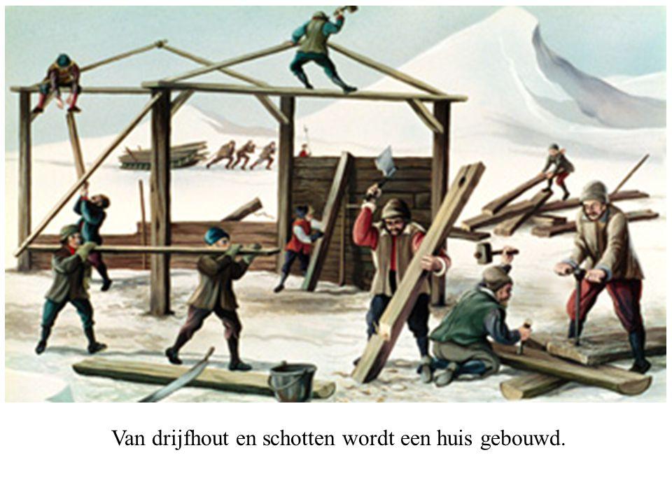 Van drijfhout en schotten wordt een huis gebouwd.