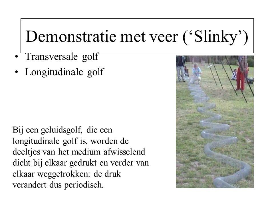 Demonstratie met veer ('Slinky') Transversale golf Longitudinale golf Bij een geluidsgolf, die een longitudinale golf is, worden de deeltjes van het m