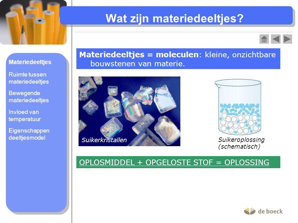 Wat zijn materiedeeltjes? Materiedeeltjes = moleculen: kleine, onzichtbare bouwstenen van materie. Suikerkristallen Suikeroplossing (schematisch) OPLO