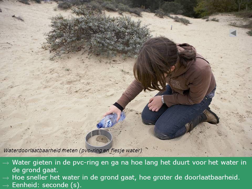 Waterdoorlaatbaarheid meten (pvc-ring en flesje water) Water gieten in de pvc-ring en ga na hoe lang het duurt voor het water in de grond gaat. Hoe