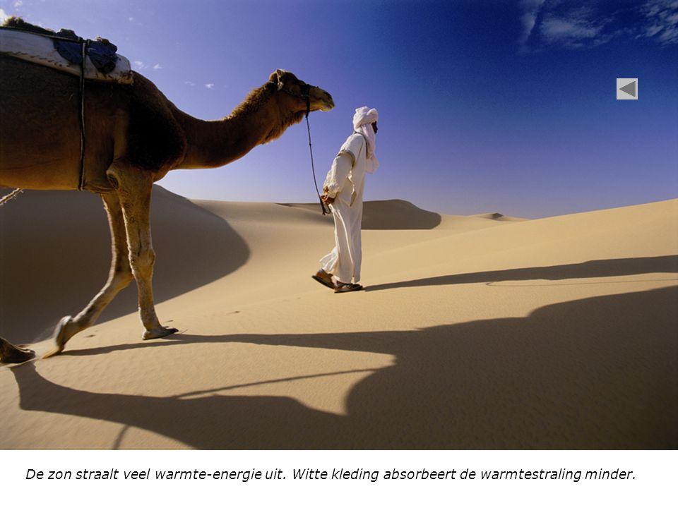 De zon straalt veel warmte-energie uit. Witte kleding absorbeert de warmtestraling minder.