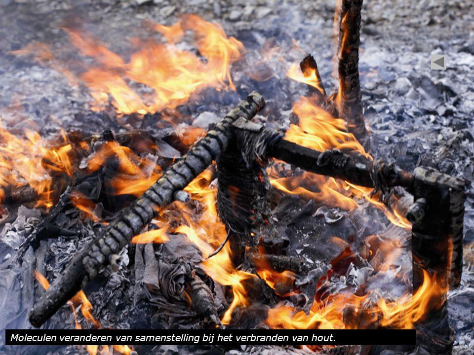Moleculen veranderen van samenstelling bij het verbranden van hout.