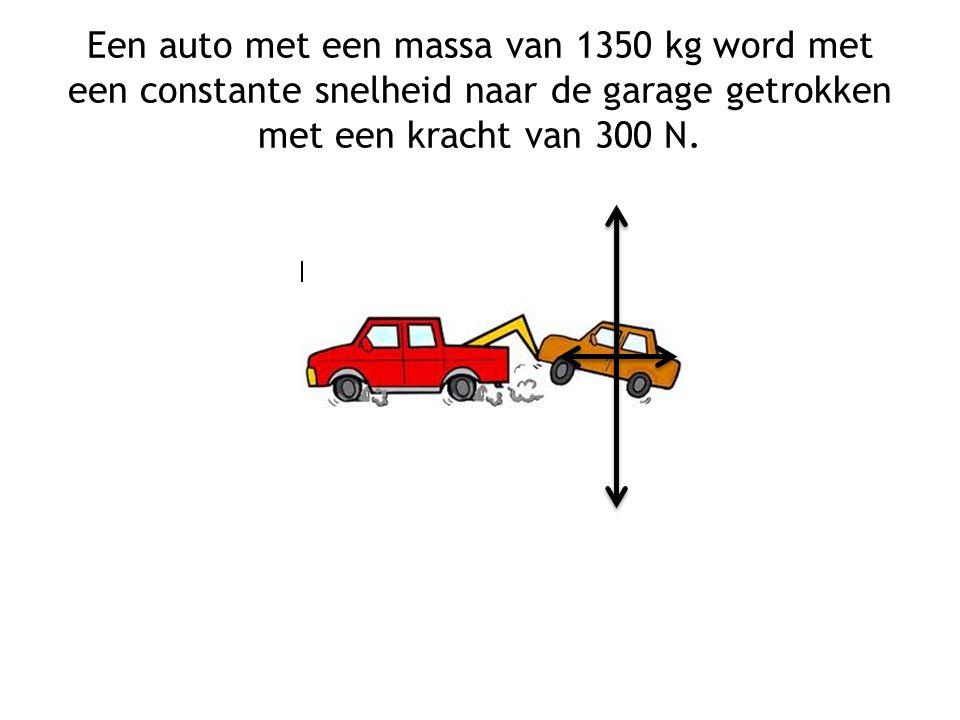 Een auto met een massa van 1350 kg word met een constante snelheid naar de garage getrokken met een kracht van 300 N.