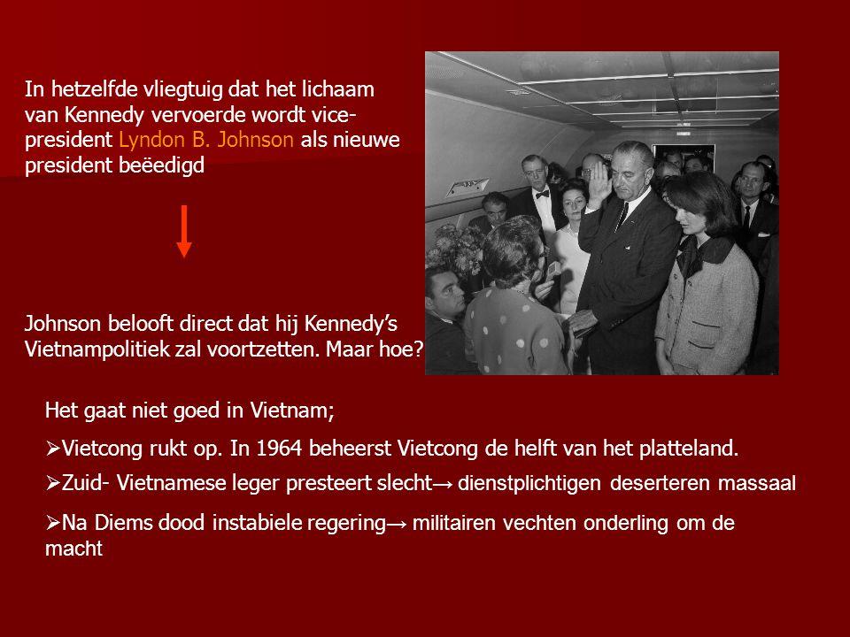 In hetzelfde vliegtuig dat het lichaam van Kennedy vervoerde wordt vice- president Lyndon B.