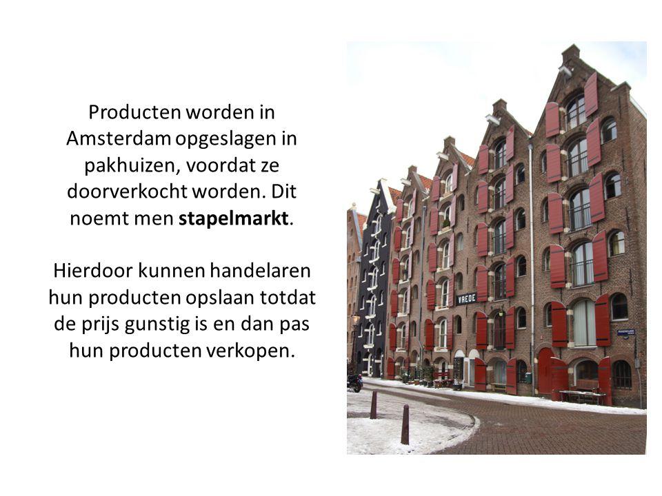 Producten worden in Amsterdam opgeslagen in pakhuizen, voordat ze doorverkocht worden. Dit noemt men stapelmarkt. Hierdoor kunnen handelaren hun produ