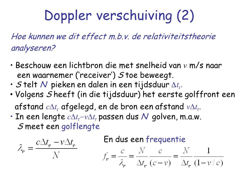 Doppler verschuiving (2) Hoe kunnen we dit effect m.b.v. de relativiteitstheorie analyseren? Beschouw een lichtbron die met snelheid van v m/s naar ee
