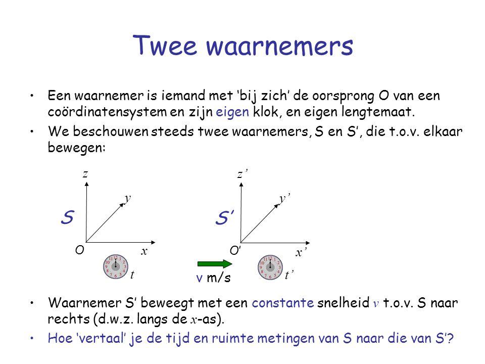 Twee waarnemers Een waarnemer is iemand met 'bij zich' de oorsprong O van een coördinatensystem en zijn eigen klok, en eigen lengtemaat. We beschouwen