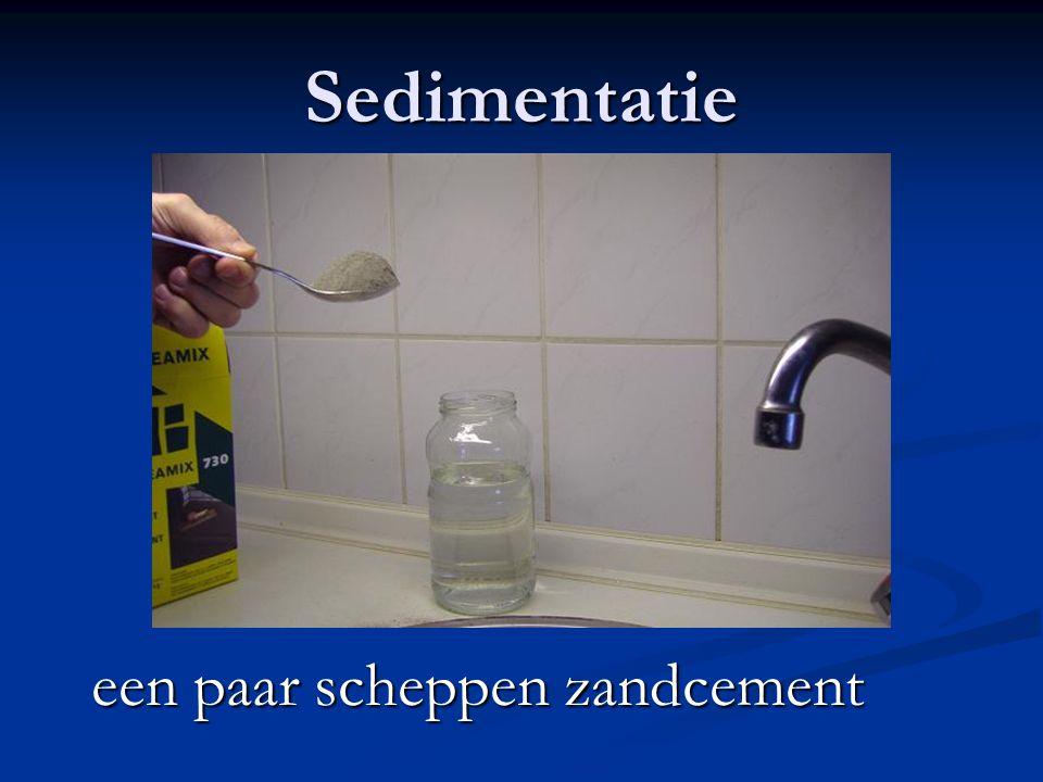 Sedimentatie een paar scheppen zandcement