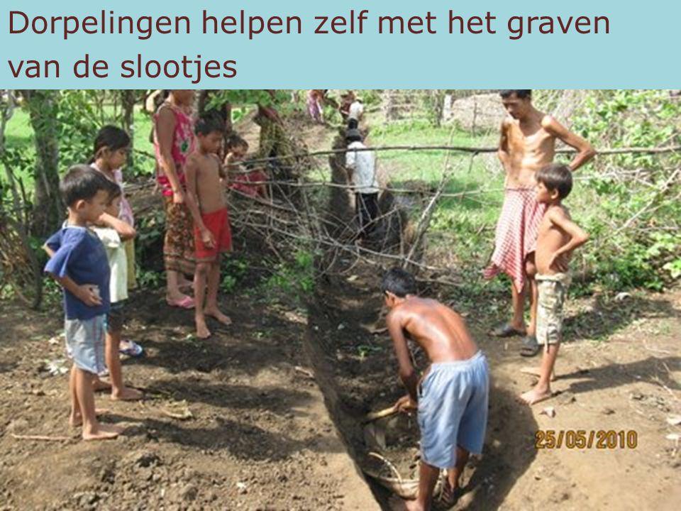 Dorpelingen helpen zelf met het graven van de slootjes