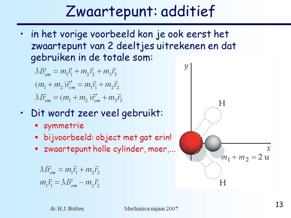 dr. H.J. Bulten Mechanica najaar 2007 13 Zwaartepunt: additief in het vorige voorbeeld kon je ook eerst het zwaartepunt van 2 deeltjes uitrekenen en d