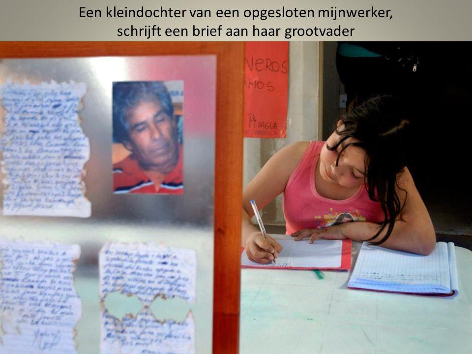 Echtgenote van één van de mijnwerkers die vast zitten leest een brief aan haar, die was opgehaald van haar man