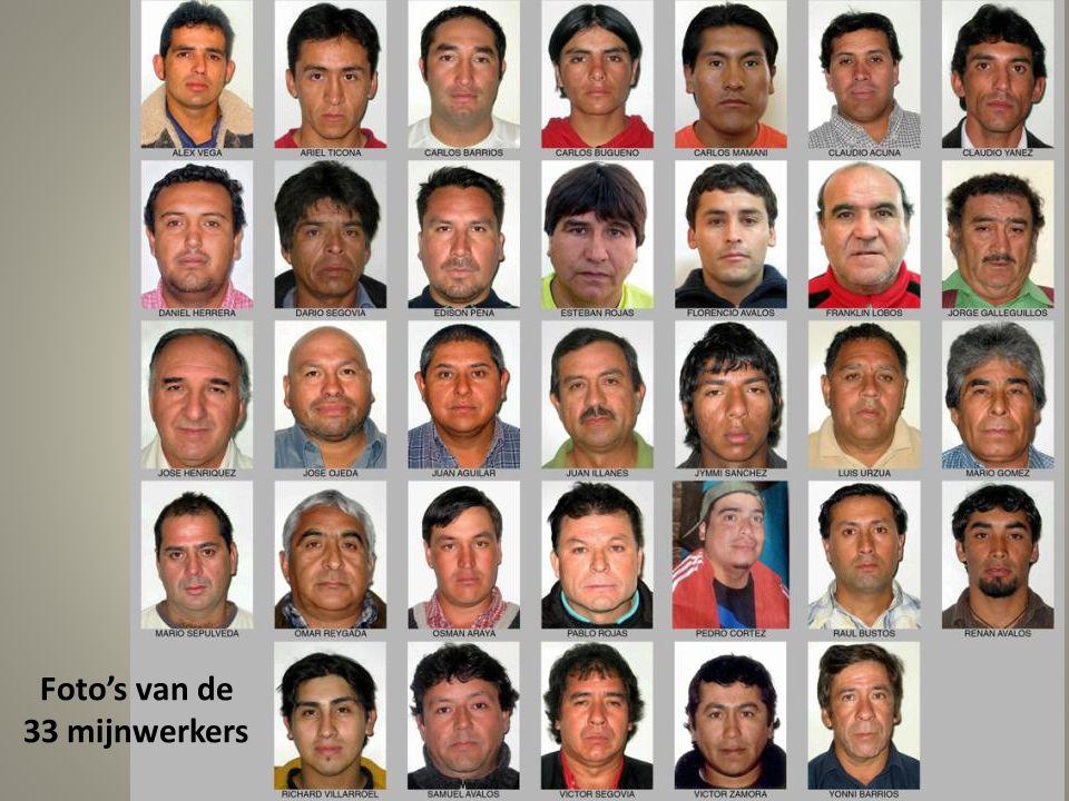 Familieleden van de mijnwerkers staan onder de Chileense vlag buiten de mijn te wachten op informatie