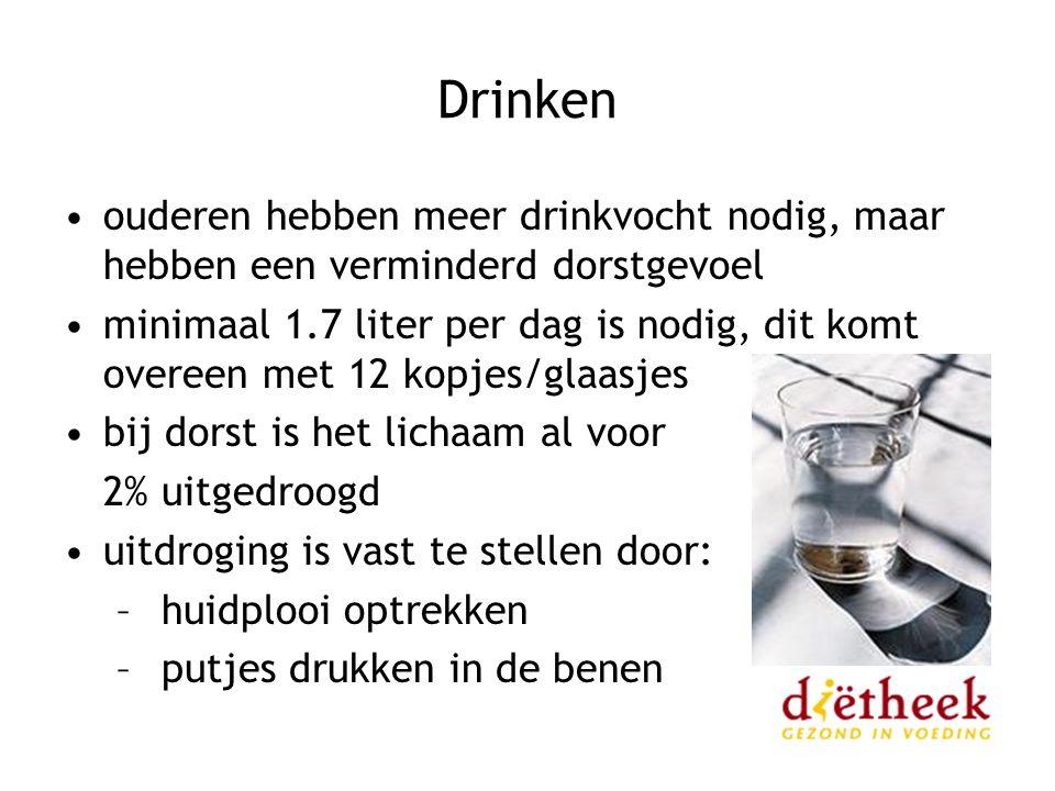Drinken ouderen hebben meer drinkvocht nodig, maar hebben een verminderd dorstgevoel minimaal 1.7 liter per dag is nodig, dit komt overeen met 12 kopj