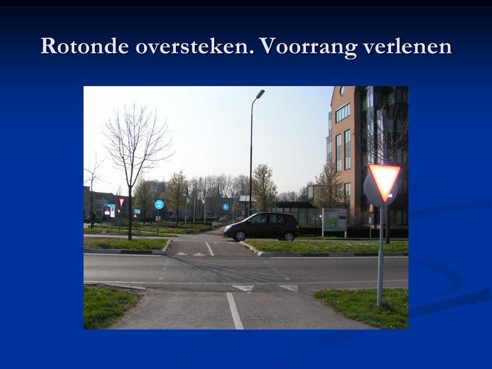 Rotonde oversteken. Voorrang verlenen
