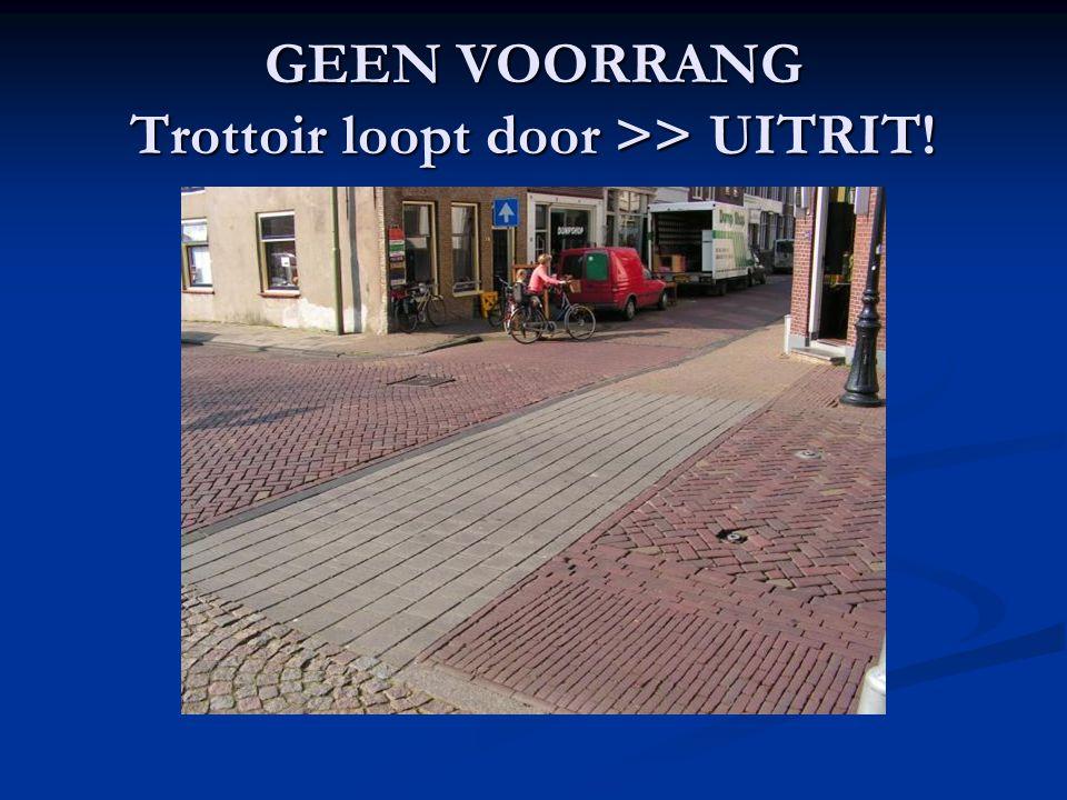 GEEN VOORRANG Trottoir loopt door >> UITRIT!