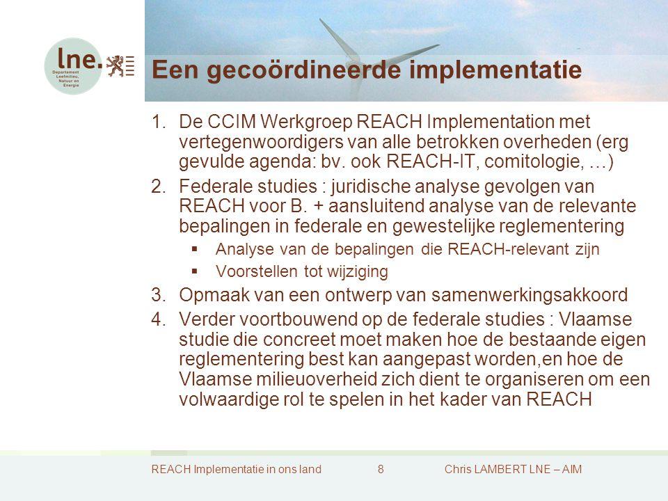REACH Implementatie in ons land9Chris LAMBERT LNE – AIM REACH-samenwerkingsakkoord 1.Voordelen ervan  Gecoördineerde uitvoering van REACH-bepalingen mogelijk van gemengde bevoegdheden: gezamenlijk uitoefenen van eigen bevoegdheden  Waarborgen voor continuïteit, stabiliteit en rechtszekerheid  Het is mogelijk om op die wijze een gemeenschappelijke dienst op te richten (waaier van formules mogelijk): niet alle bevoegdheden dan uit te splitsen en toe te wijzen  Verschillende besluitvormingsprocedures zijn er in op te nemen 2.Nadelen ervan  Zware procedure zeker hier met de vele spelers rond de onderhandelingstafel + goedkeuring parlementen vereist