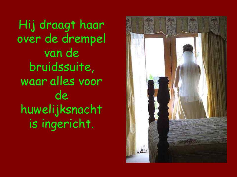 Hij draagt haar over de drempel van de bruidssuite, waar alles voor de huwelijksnacht is ingericht.