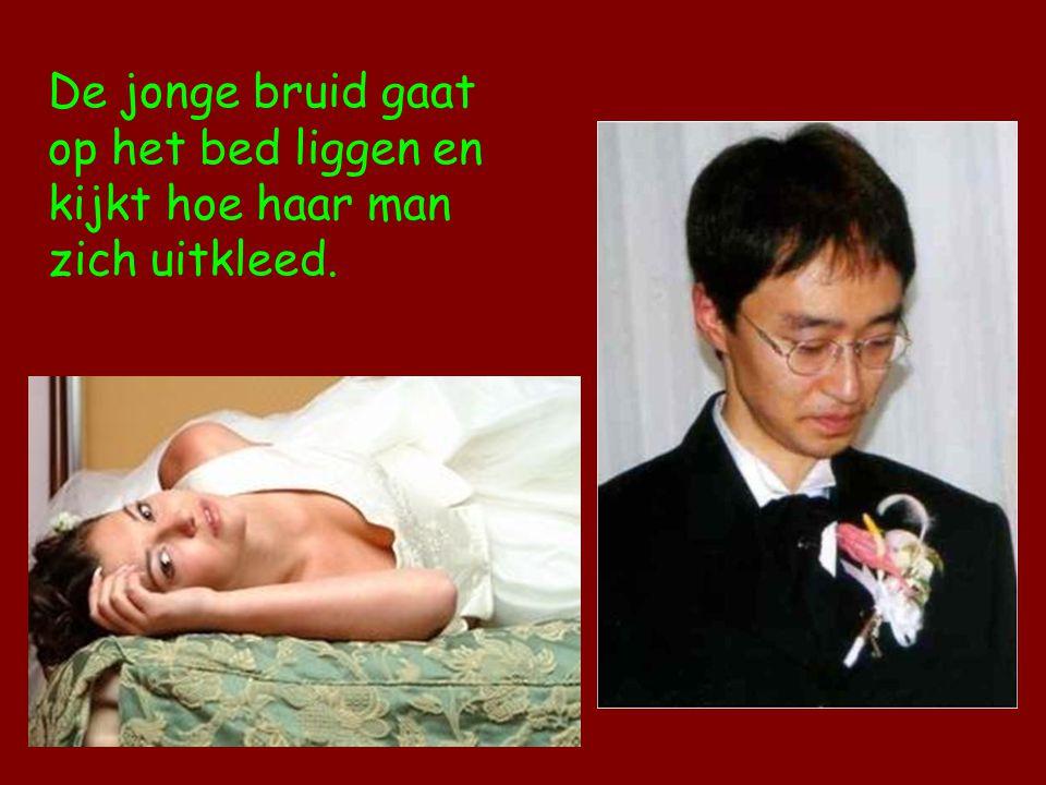De jonge bruid gaat op het bed liggen en kijkt hoe haar man zich uitkleed.