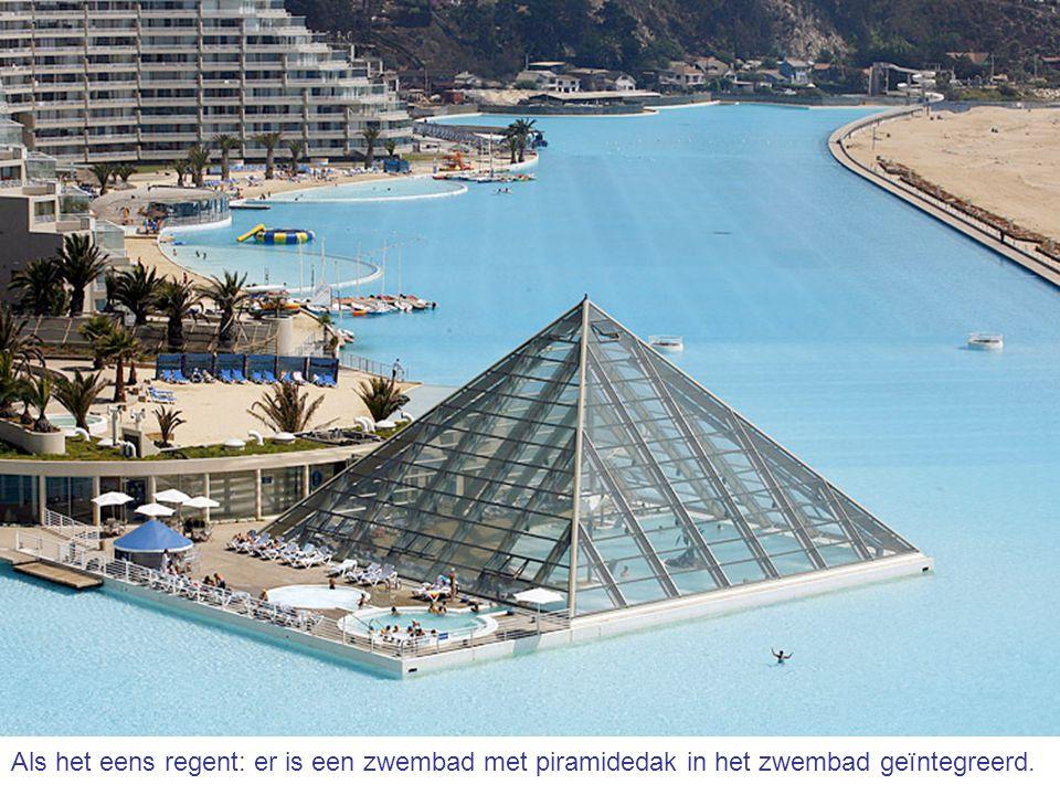 Als het eens regent: er is een zwembad met piramidedak in het zwembad geïntegreerd.