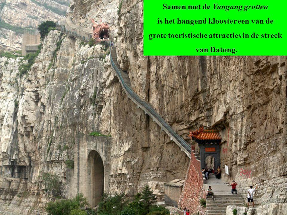 De zalen en paviljoenen zijn geïntegreerd in de rotswand met gebruikmaking van de natuurlijke holtes en uitsteeksels. De gebouwen zijn met elkaar verb