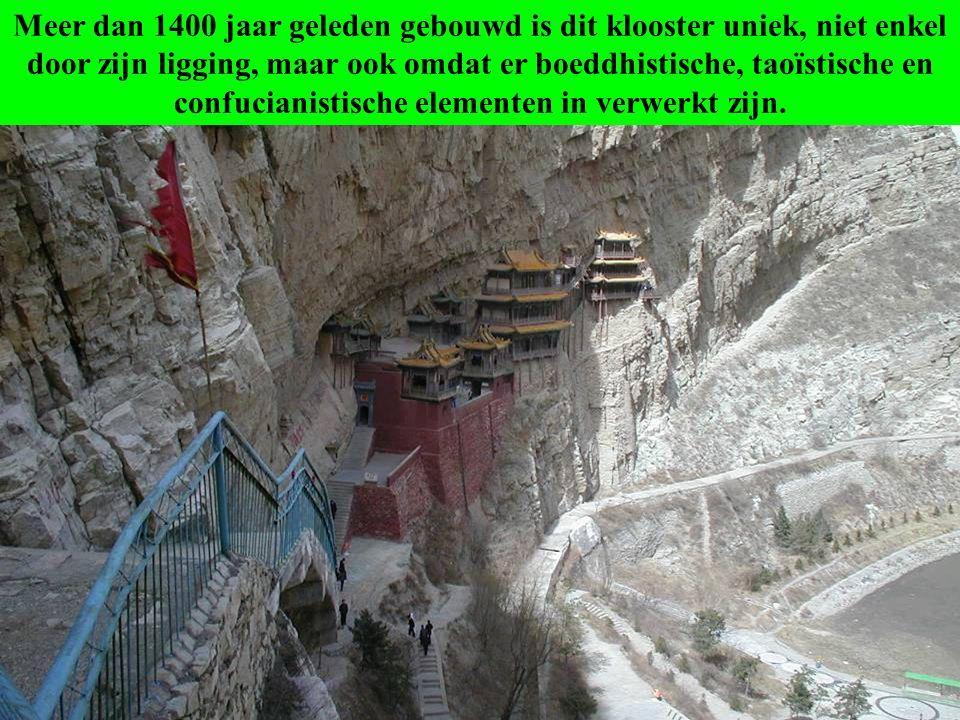 Samen met de Yungang grotten is het hangend klooster een van de grote toeristische attracties in de streek van Datong.