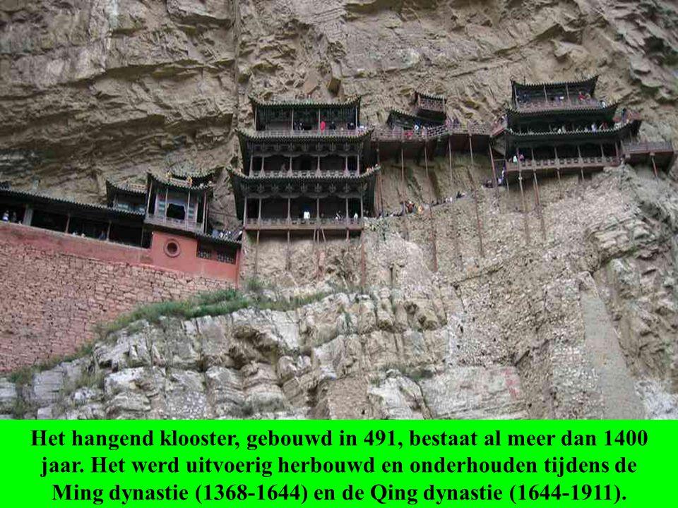 Meer dan 1400 jaar geleden gebouwd is dit klooster uniek, niet enkel door zijn ligging, maar ook omdat er boeddhistische, taoïstische en confucianisti